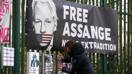 Un premier décès dû au coronavirus aurait été enregistré dans la prison où est détenu Assange