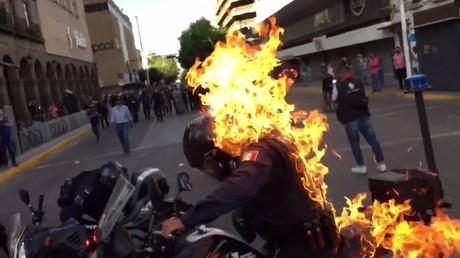 Mexique : un homme asperge un policier de liquide inflammable avant d'y mettre le feu
