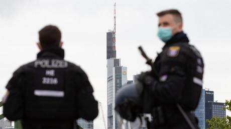«Pluie de bouteilles» : 39 arrestations après des violences nocturnes à Francfort