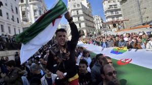 «Macron dégage» : plusieurs slogans anti-français lancés pendant la marche du Hirak à Alger