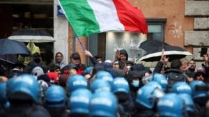 «Nous sommes tous des travailleurs» : à Rome, les opposants aux restrictions de nouveau dans la rue