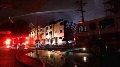 رمي ثلاثة أطفال من نافذة على الطابق الثالث لمبنى تلتهمه النيران (فيديو) 1