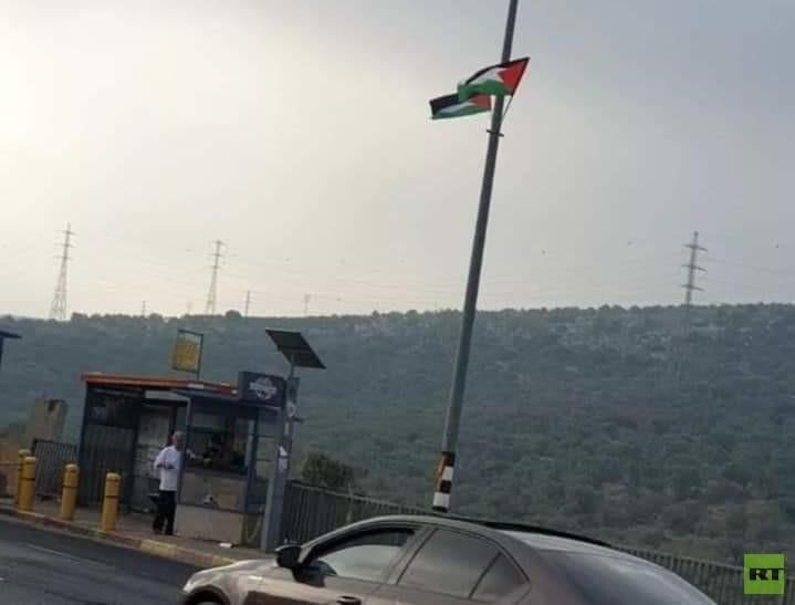 مستوطنون يرفعون أعلام فلسطين في الضفة الغربية