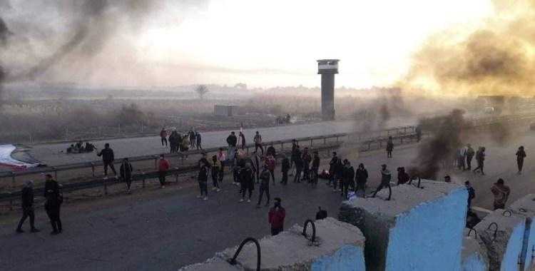 العراق.. محتجو ذي قار يصعدون ويقطعون الطريق الدولي