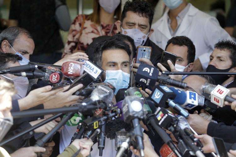 طبيب مارادونا يرفض مغادرة الأسطورة للمستشفى