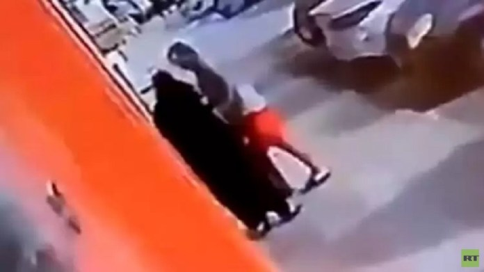 In broad daylight ... an incident of molesting a woman in Jeddah sparkles outrage in Saudi Arabia! (Video)