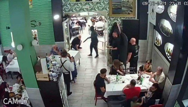 Të maskuar dhe të armatosur me kallashnikov, dy grabitës futen