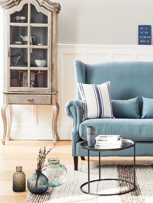 Il sofà shabby è in legno e tessuto, con i piedini lisci o a cipolla. Come Arredare Un Soggiorno Shabby Chic Westwing