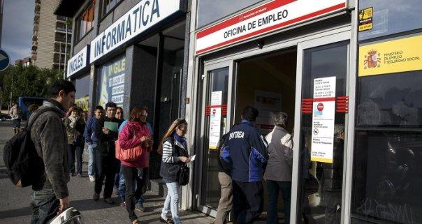Desempleados entran en la oficina de empleo en Madrid (archivo)