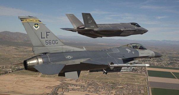 Los cazas F-16 y F-35 (archivo)