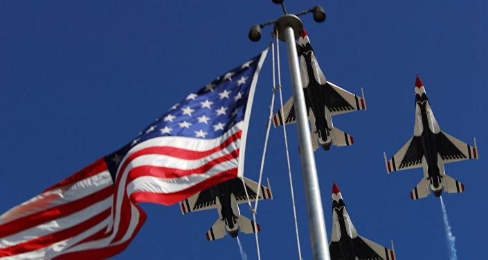 Los aviones estadounidenses sobrevuelan la bandera de EEUU (imagen referencial)