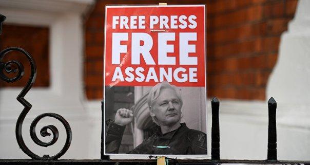 Partidarios de Assange con pancartas