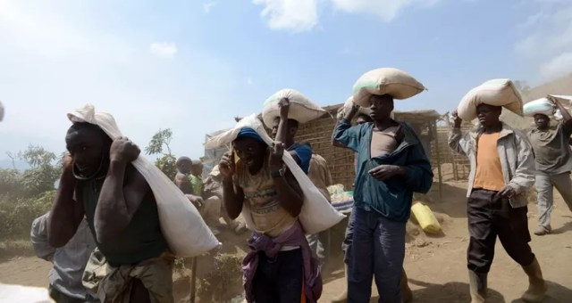 Los trabajadores en una mina de coltán en el Congo