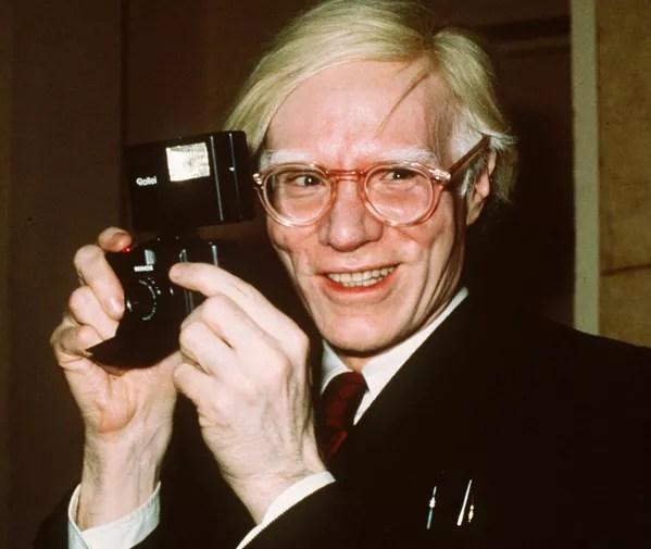 En 1968, Warhol fue baleado y casi asesinado por Valerie Solanas, una escritora que frecuentaba su estudio. El atentado a la vida del artista se retrató en la película de 1996 Yo le disparé a Andy Warhol, dirigida por Mary Harron.En la foto: Andy Warhol en Nueva York en 1976. - Sputnik Mundo