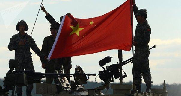Los militares chinos con la bandera de su país