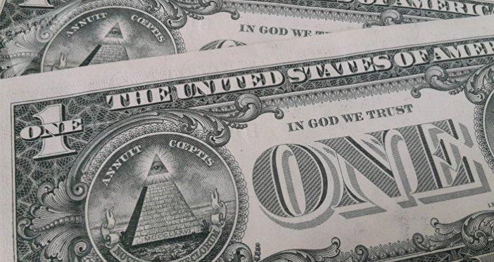 Billetes de dólar con la frase In God We Trust