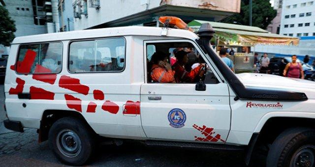 Miembros de la Protección Civil venezolana patrullan un área en Caracas después del terremoto