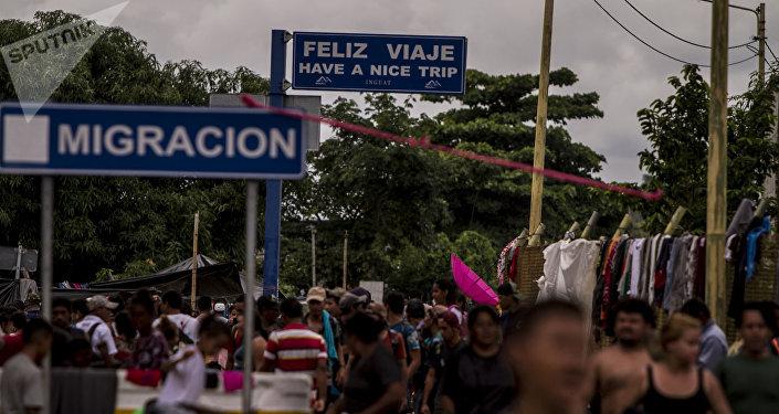 Migrantes en el puente internacional entre Guatemala y México (archivo)