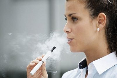 Vapers may influence smokers to quit lighting up, study says