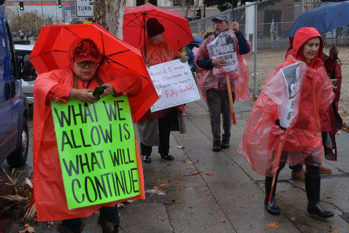 30000 LA Teachers Go On Strike Over Wages Class Size