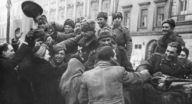 Znalezione obrazy dla zapytania armia czerwona wyzwala polske zdjecia