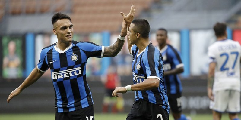Lautaro Martinez (left) also celebrates Alexis Sanchez's goal (right) when Inter Milan meet Brescia in the Serie A match on Thursday (2/7/2020).  (c) AP Photo