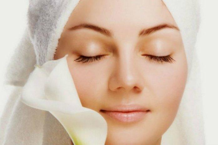 Hasil gambar untuk wanita berhijab sedang membersihkan wajah