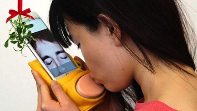 robot-phone-kiss