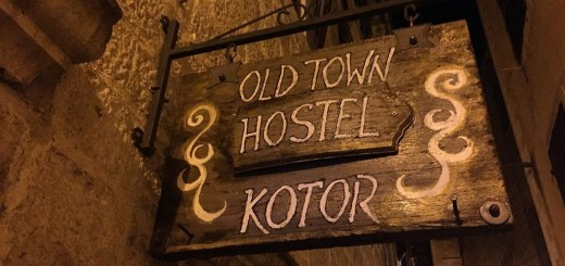 placa do old town hostel, em kotor, montenegro