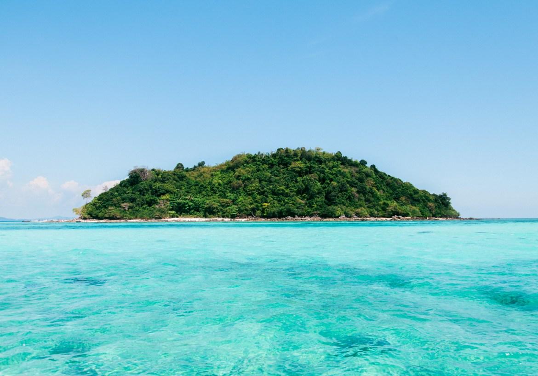Ilha Bamboo Island em meio a um mar azul lindo