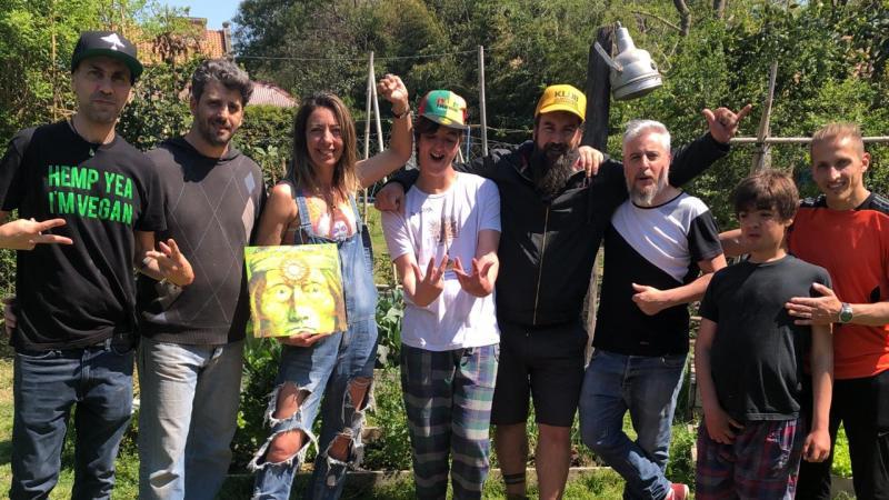 Roxana Paggliolini y familia junto a Claudio Illobre y Octavio Lovisolo, de Los Cafres. (Gentileza Pop Art)