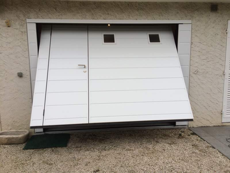 Porte De Garage Basculante Isolante Motorisee Moos Avec Portillon A Seyssins En Isere