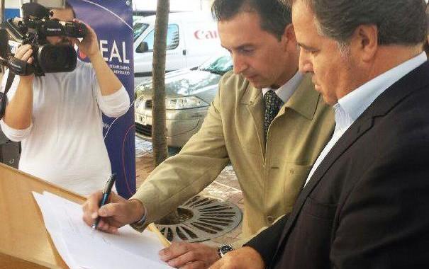 Imagen del momento de la firma del convenio