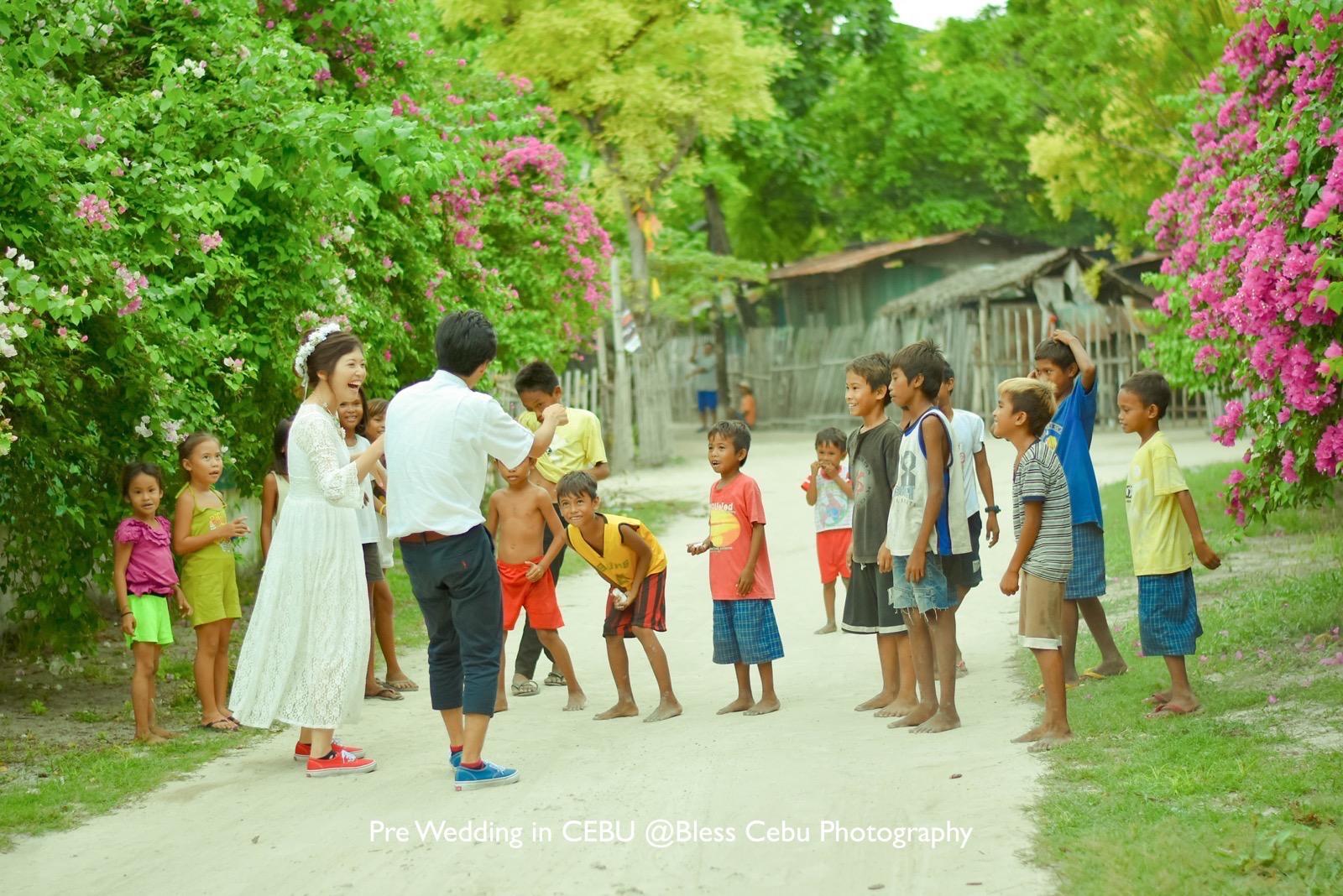 村フォトでは子供たちとハイタッチ!