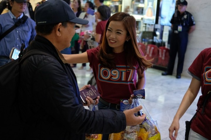 Globe spreads holiday cheer to returning OFWs and tourists in Cebu   Cebu Finest