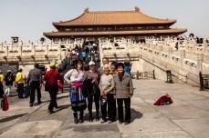 Amigos do acaso a fazer turismo na Cidade Proibida China, 2014 © ceci de