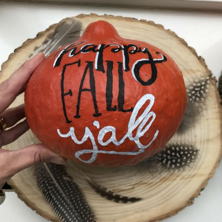pompoen handletteren, pompoen versieren, kalebassen versieren, kalebassen schilderen, kalebassen beschilderen, pompoen herfststuk