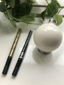 kerstballen met pennen om ze te handletteren