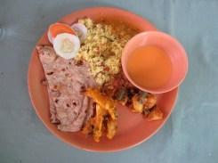 Mein Mittagessen, bestehend aus einer leckeren und nicht scharfen Suppe, Roti (eine Art Brot), Reis und verschiedenen Soßen.