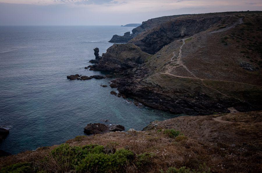 Paysage de Belle île en mer sur le GR340, tôt le matin.