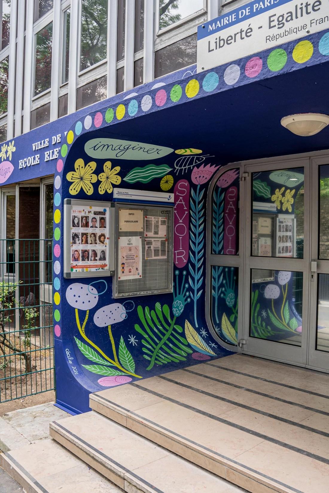 Photo du fronton de l'école primaire du 3, rue d'Alésia, repeint par l'artiste Cécile Jaillard / Cécilio, projet produit par l'association Hypermur.
