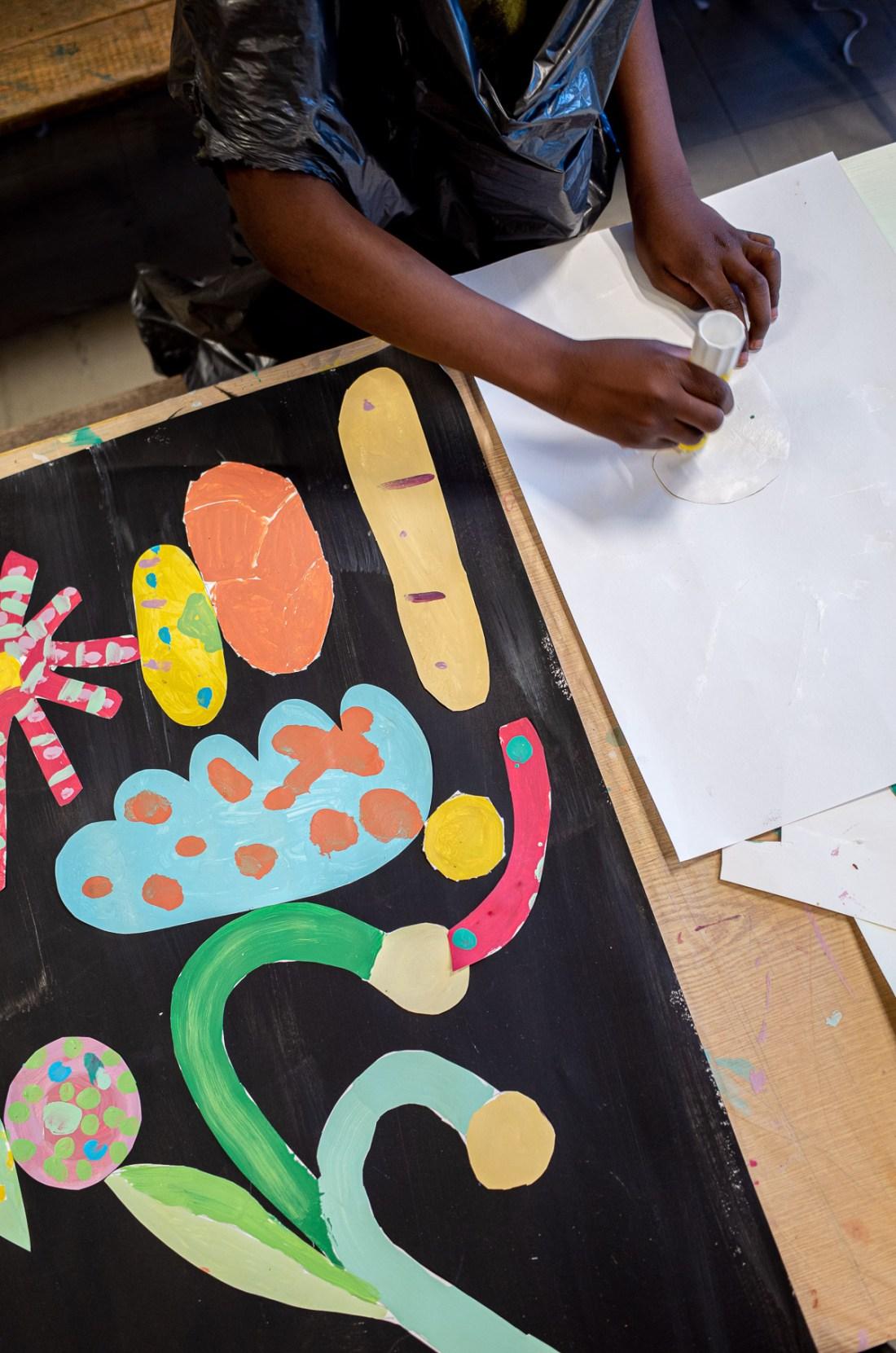 Photo d'un atelier créatif donné par Cécile Jaillard à l'école élémentaire Alésia, dans le 14e arrondissement de Paris. Les enfants ont aussi fait du collage.