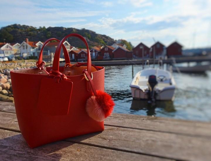 röd väska på brygga.jpg
