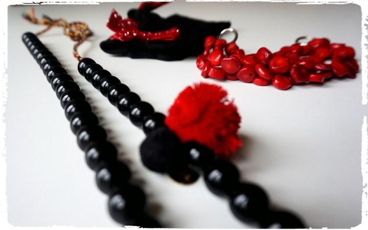 accecssoarere svart rött.jpg