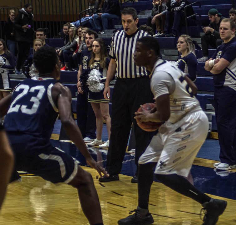 Kwenton Scott looks to pass to an open teammate (Photo: Christian Cortes).