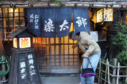 Dinner at an okono-miyaki place, so old and discreet you have to know it's there.