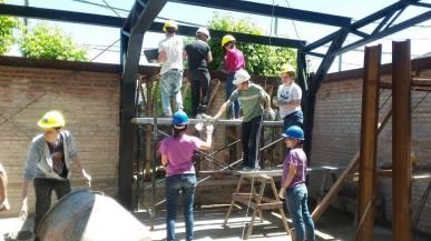 Voluntarios levantado estructura