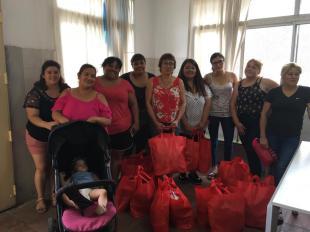 Familias recibiendo las cajas Navideñas