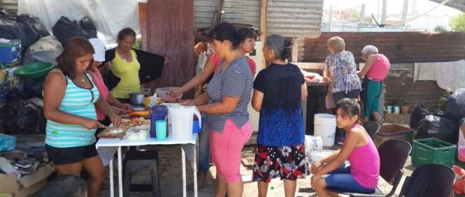Vecinas del barrio preparando alimento para el comedor