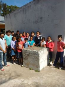 Alumnos de la escuela junto al pozo de agua